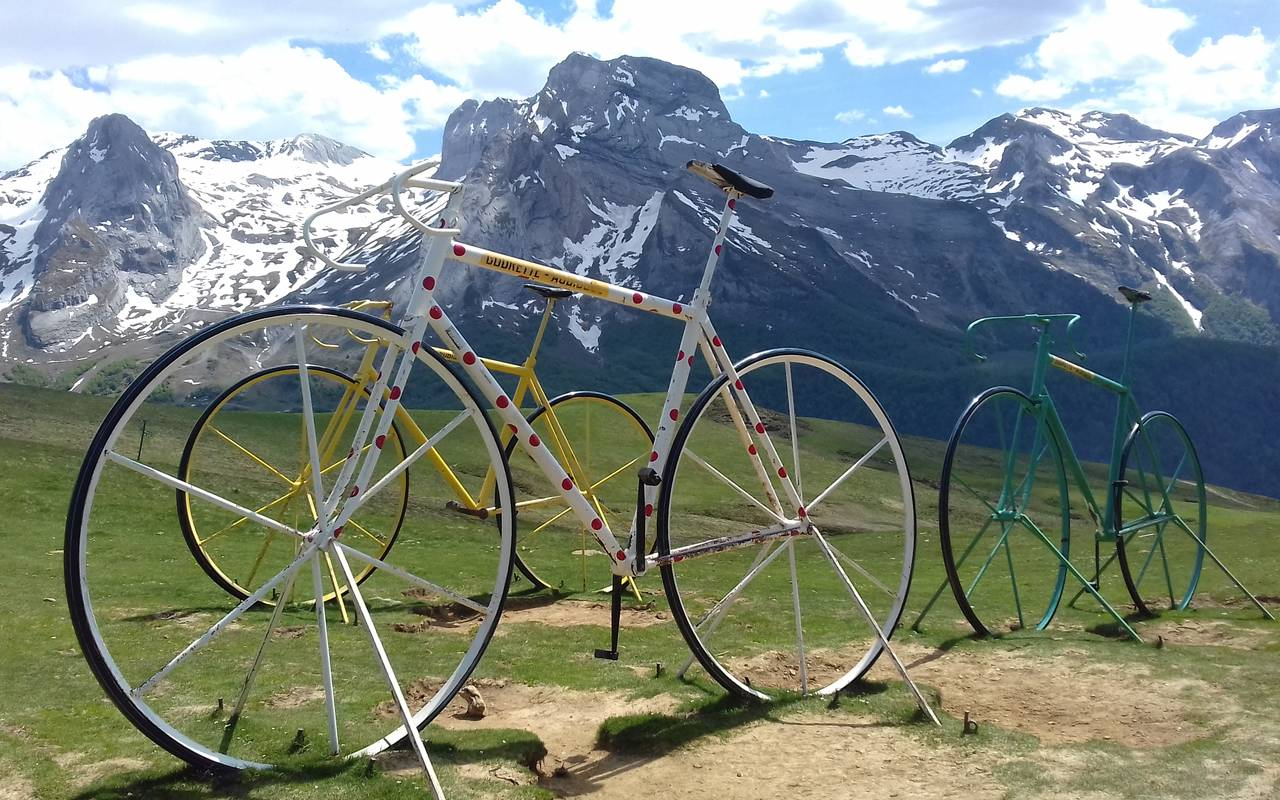 Bicycle in front of the mountains, Pyrénées cycling accommodation, hotel Sainte Rose