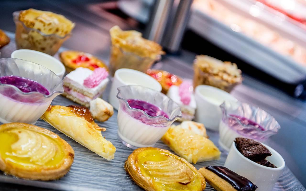 Desserts, restaurant buffet Lourdes, hotel Sainte Rose