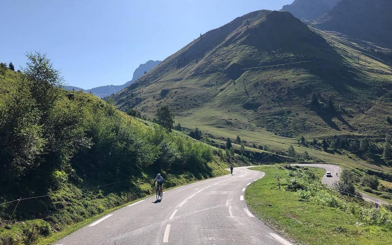 Cyclistes sur col de montagne, activité en famille Occitanie, hôtel Sainte-Rose
