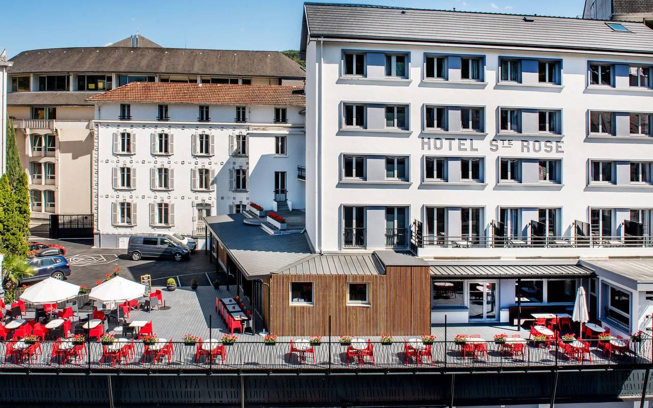 Vue extérieure avec grande terrasse, hôtel famille Pyrénées, hôtel Sainte Rose