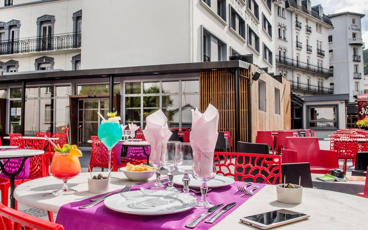 Table sur la terrasse, restaurant buffet Lourdes, hôtel Sainte Rose
