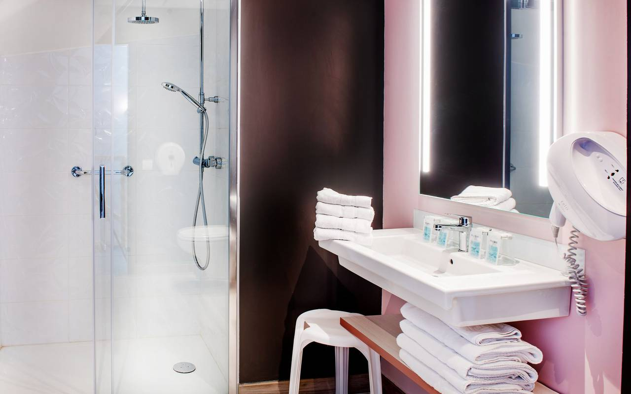 Salle de bain moderne, vacances Hautes Pyrénées, hôtel Sainte-Rose