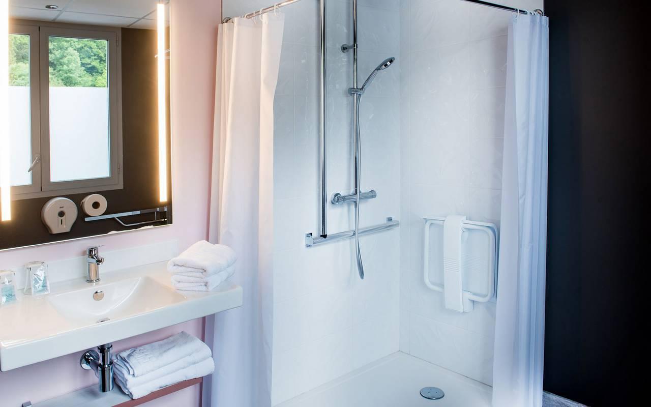 Salle de bain avec douche, hébergement Lourdes, hôtel Sainte-Rose