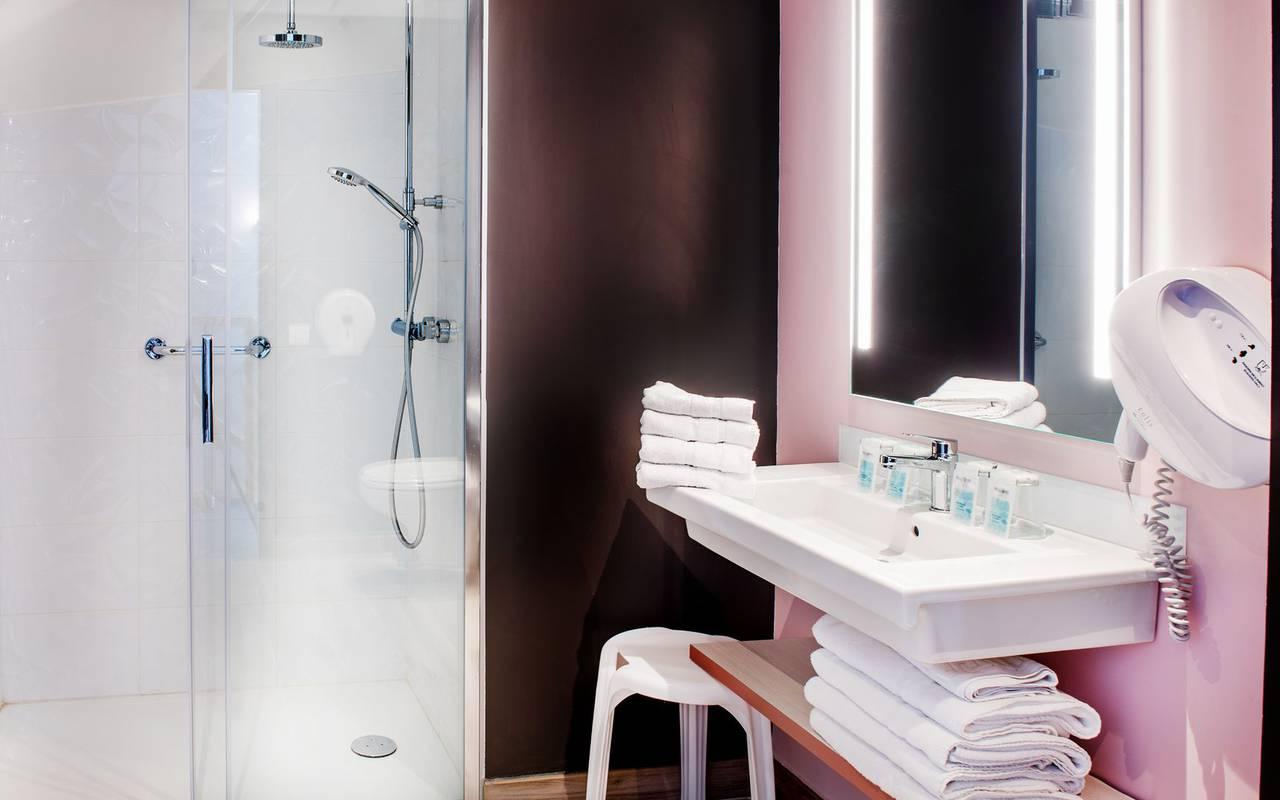 Salle de bain rose, hôtel Pyrénées, hôtel Sainte Rose